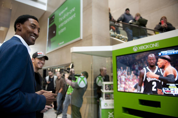 Bulls legend Scottie Pippen played XBox with fans Saturday at the Shops at North Bridge.