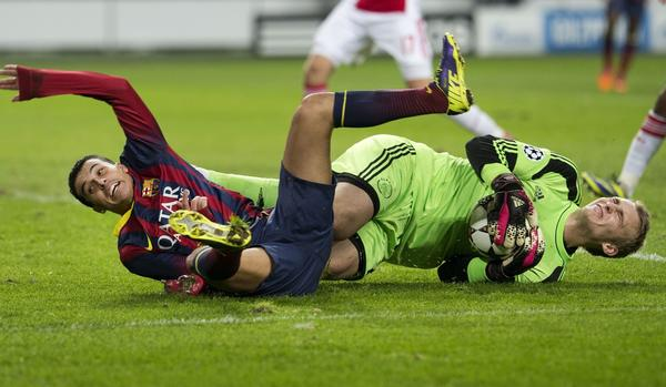 Ajax Amsterdam's goalkeeper Jasper Cillissen (R) vies with Barcelona's Pedro during an UEFA Champions League group H football match between Ajax Amsterdam and FC Barcelona at the Amsterdam Arena in Amsterdam on November 26, 2013.
