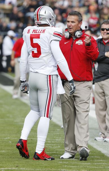 Ohio State coach Urban Meyer talks to quarterback Braxton Miller.