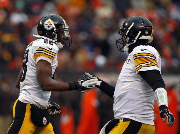 Steelers quarterback Ben Roethlisberger and wide receiver Emmanuel Sanders after catching a touchdown against the Browns.