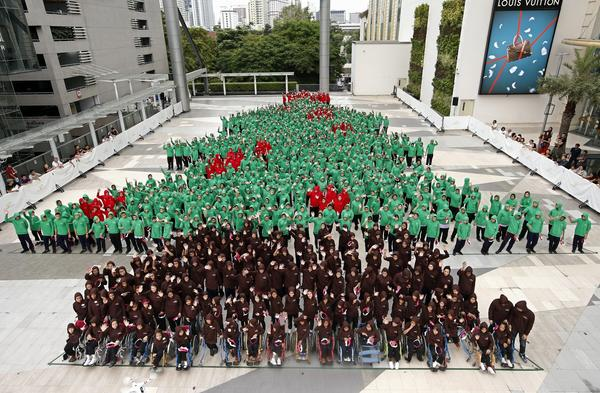 Thailand set a world record last week by creating the largest human Christmas tree.