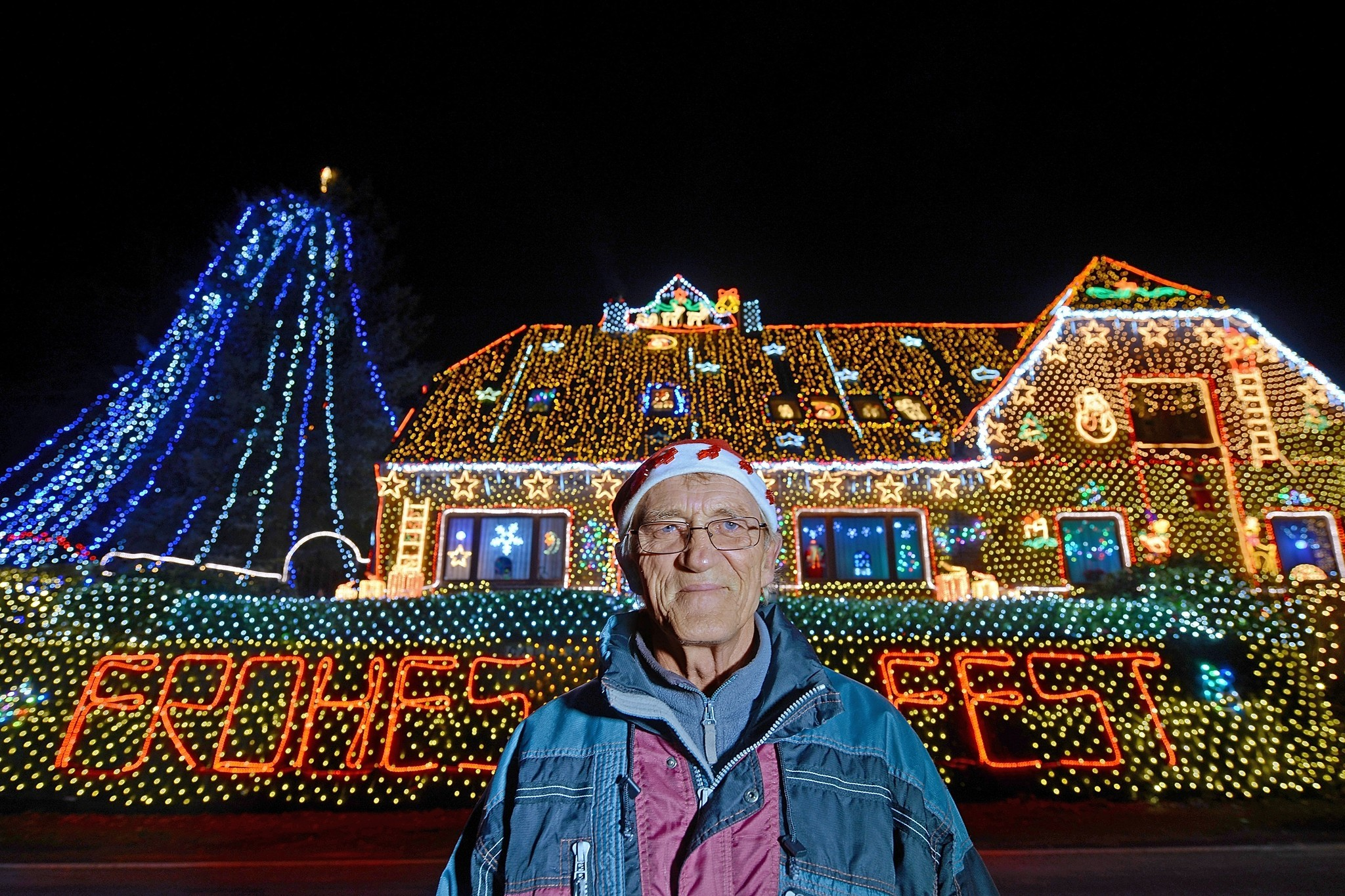 Pictures: Holiday lights from around the globe - House Decorated With 420,000 Christmas Lights