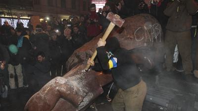 Raw Video: Protesters in Kiev Topple Lenin Statue