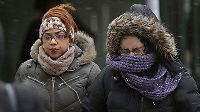 Cold Chicagoans try to stay warm