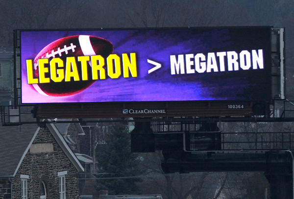 Electronic billboard visible to drivers on I-83 in Woodberry, celebrating the Ravens' win on Justin Tucker's field goals.