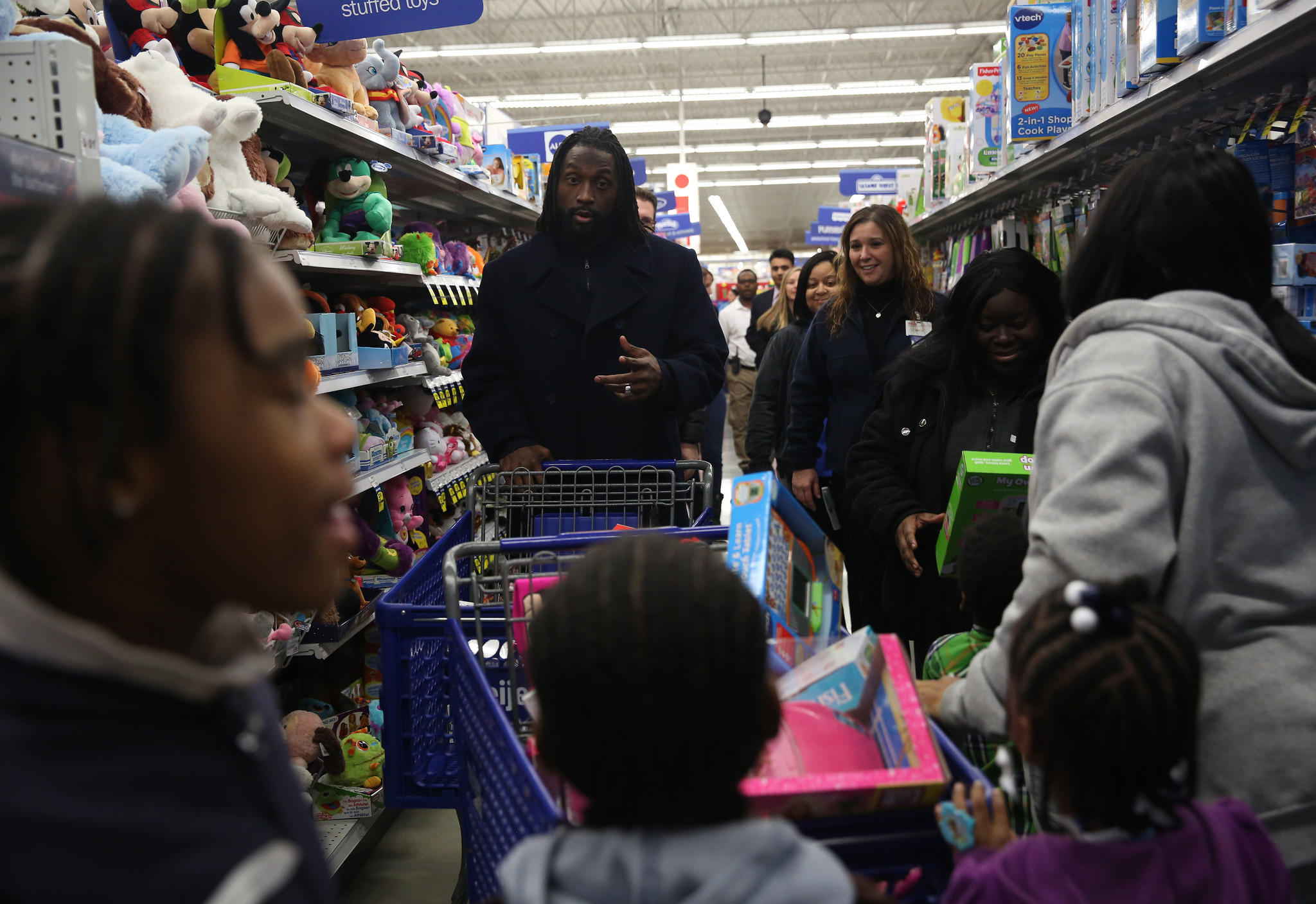 Bears cornerback Charles Tillman shops with needy families at a Meijer in Evergreen Park this month.