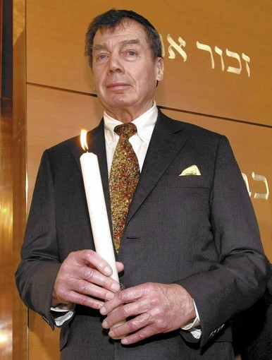 Edgar Bronfman holds a candle during the ceremonial opening of a new main synagogue in Munich in 2006. Bronfman led a global campaign for Jewish causes.