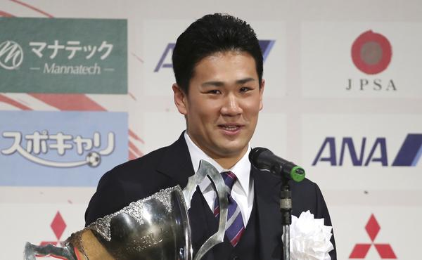 Japanese star pitcher Masahiro Tanaka poses with an award he won during a Japanese professional sports award ceremony in Tokyo on Friday.