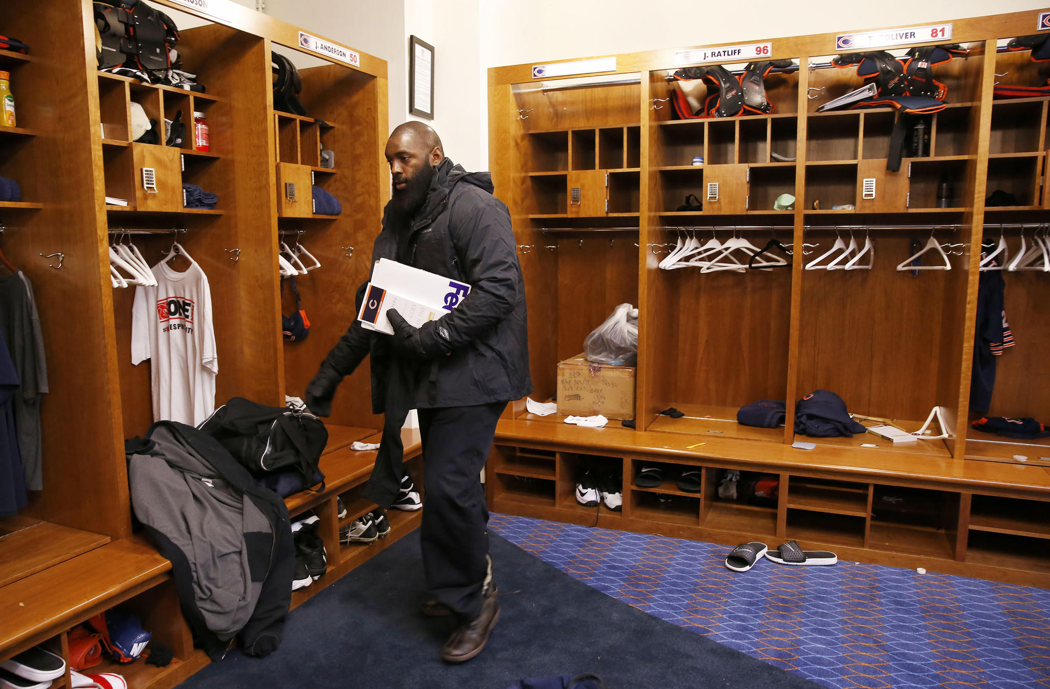 Chicago Bears nose tackle Jeremiah Ratliff (96) cleans out his locker at Halas Hall.