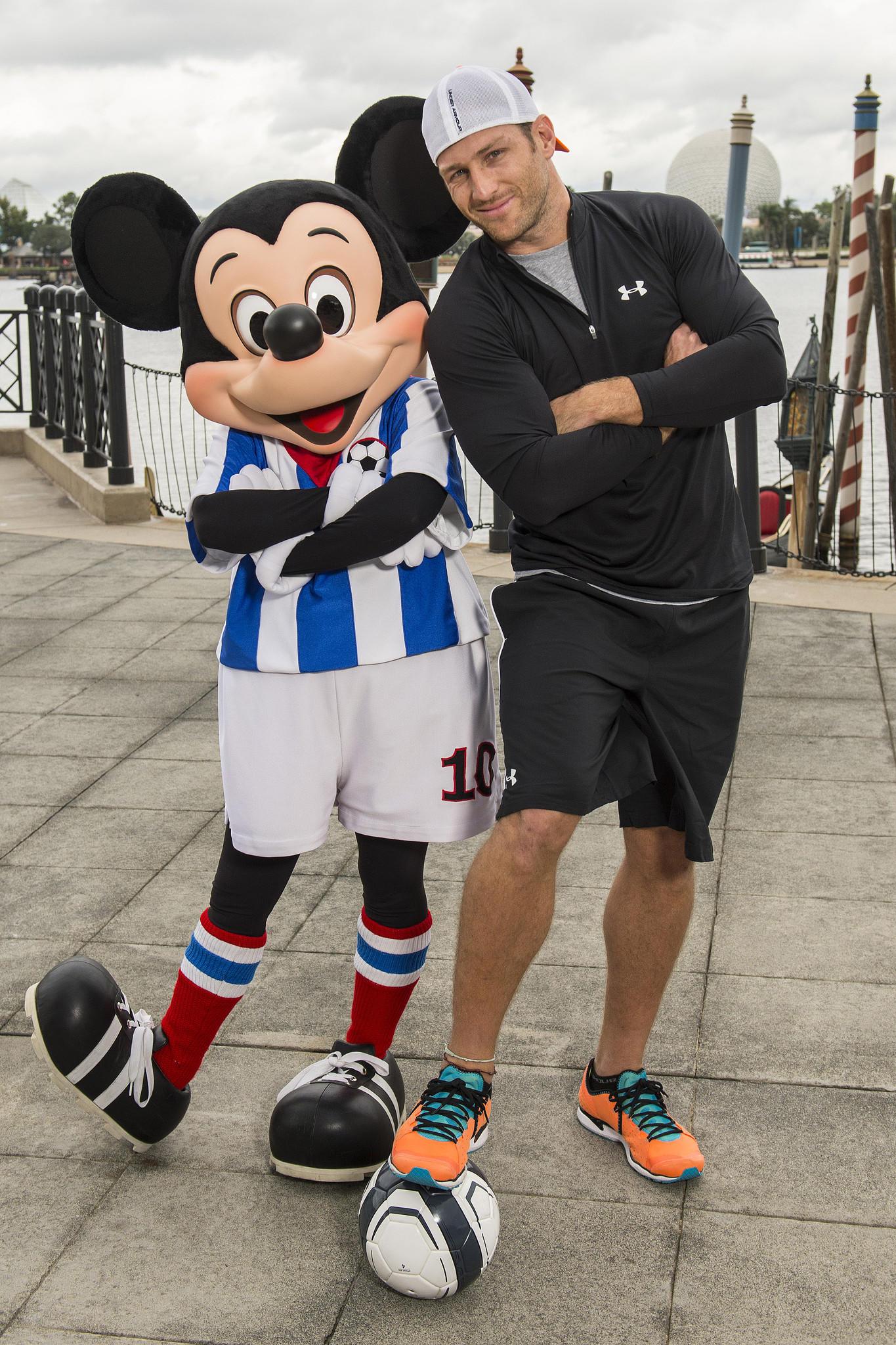 Juan Pablo Galavs en el parque Epcot junto a Mickey Mouse.
