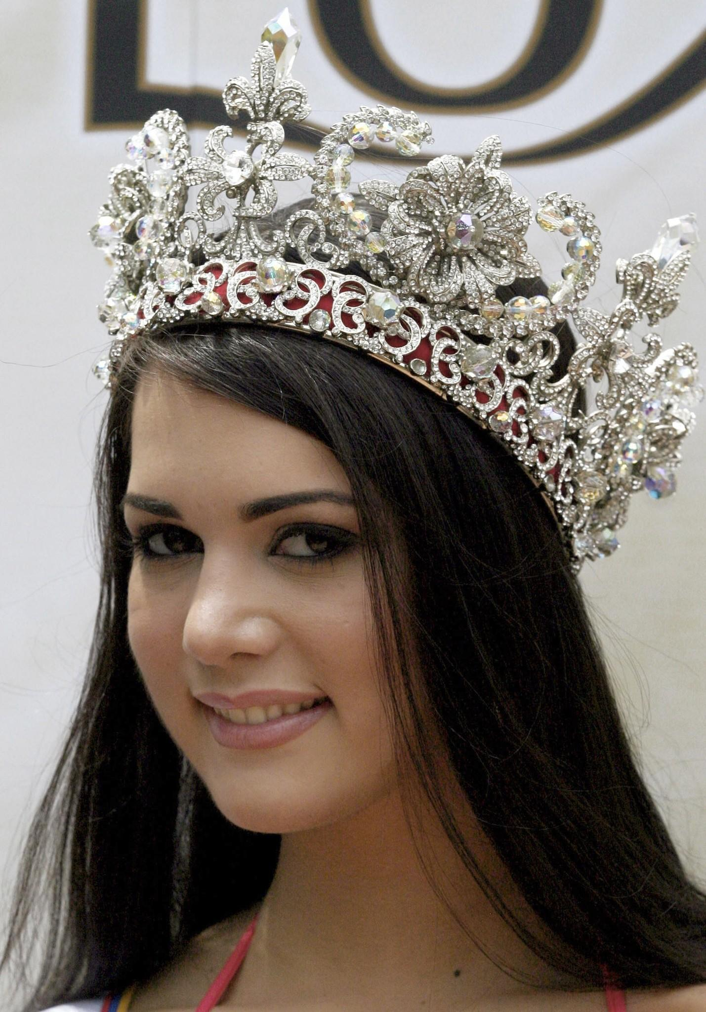 The Miss Venezuela beauty pageant winner Monica Spear smiles during her presentation to the media after the contest final in Caracas in this file picture taken September 24, 2004. Spear, 29, former Miss Venezuela, model and telenovela actress and her Irish husband Thomas Henry Berry, 49, were shot dead after an attempted robbery late January 6, 2014, according to police and local media. REUTERS/Howard Yanes/Files (VENEZUELA - Tags: CRIME LAW OBITUARY) ORG XMIT: VEN01
