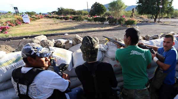 http://www.trbimg.com/img-52cca044/turbine/la-fg-wn-mexico-vigilantes-michoacan-officers--001/600