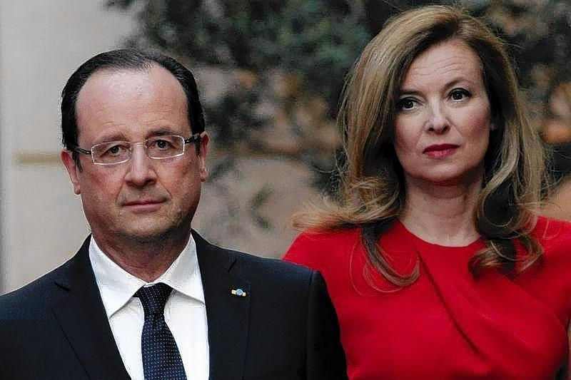 French President Francois Hollande (L) and his companion Valerie Trierweiler arrive for a state dinner at the Elysee Palace in Paris.