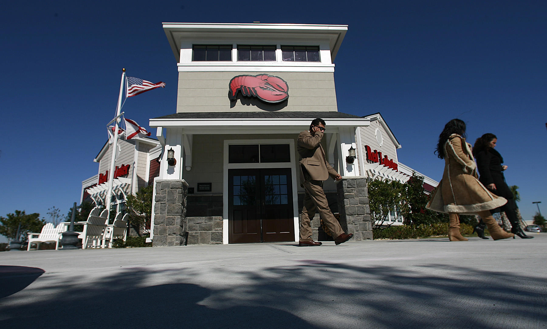 "The Red Lobster on U.S. 27 in Clermont features its ""Bar Harbor, Maine"" exterior, inside the company hopes the new look exudes ""fresh"" the catch phrase at the seafood chain."