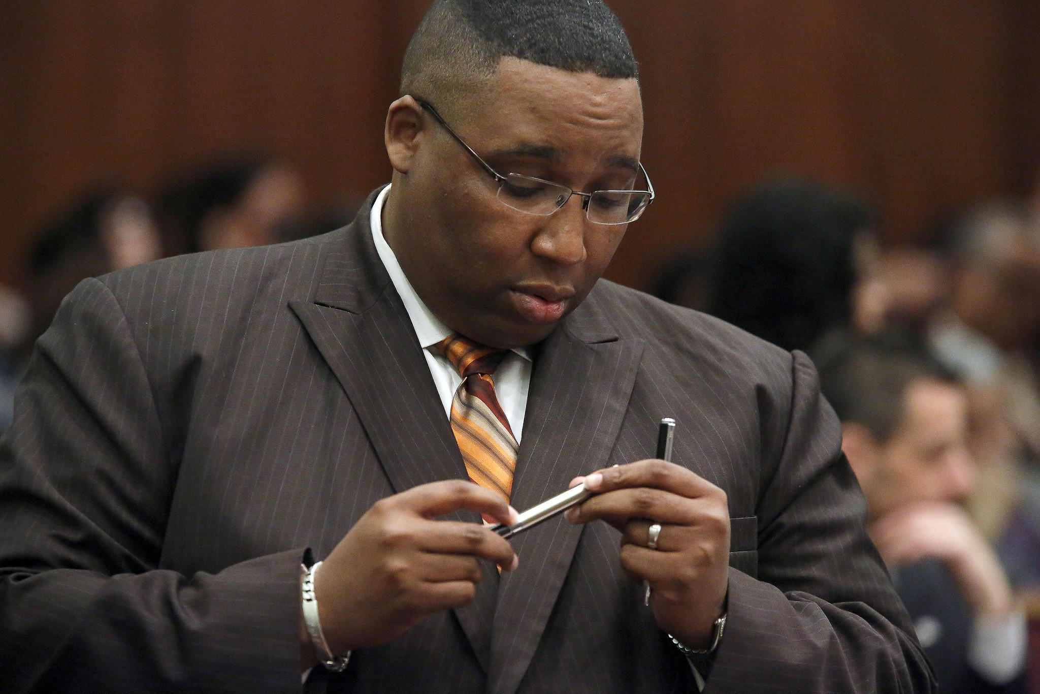 Ald. Jason Ervin, 28th, holds an electronic cigarette being passed around during a City Council discussion on the devices.