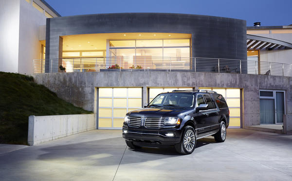 Lincoln's refreshed 2015 Navigator SUV will swap out a V-8 in favor of a twin-turbocharged V-6 EcoBoost engine that puts out 370 horsepower and 430 pound-feet of torque.