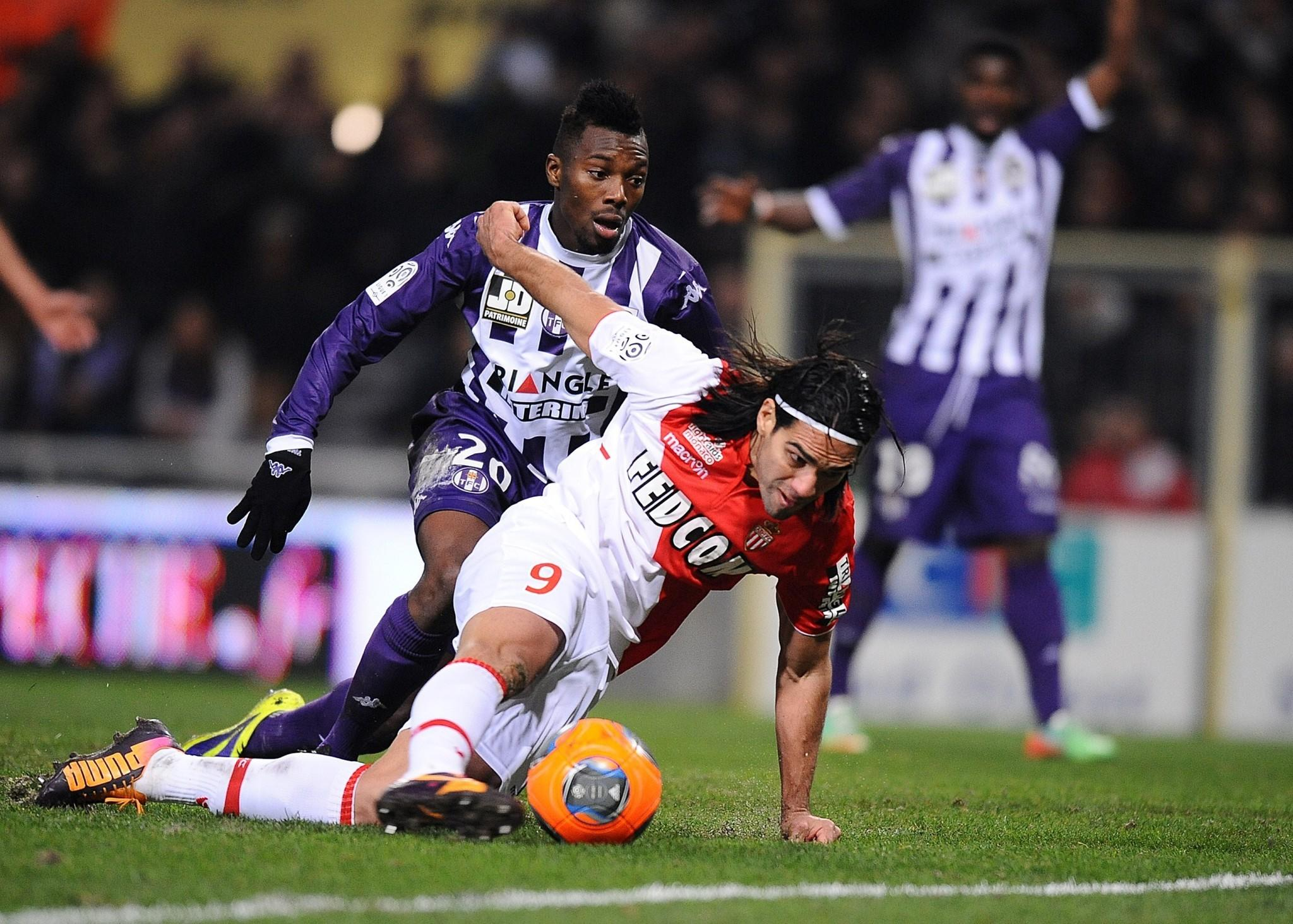Monaco's Colombian forward Radamel Falcao controls the ball on his way to strike during the French L1 football match Toulouse vs Monaco on January 19, 2014 at the municipal stadium in Toulouse.