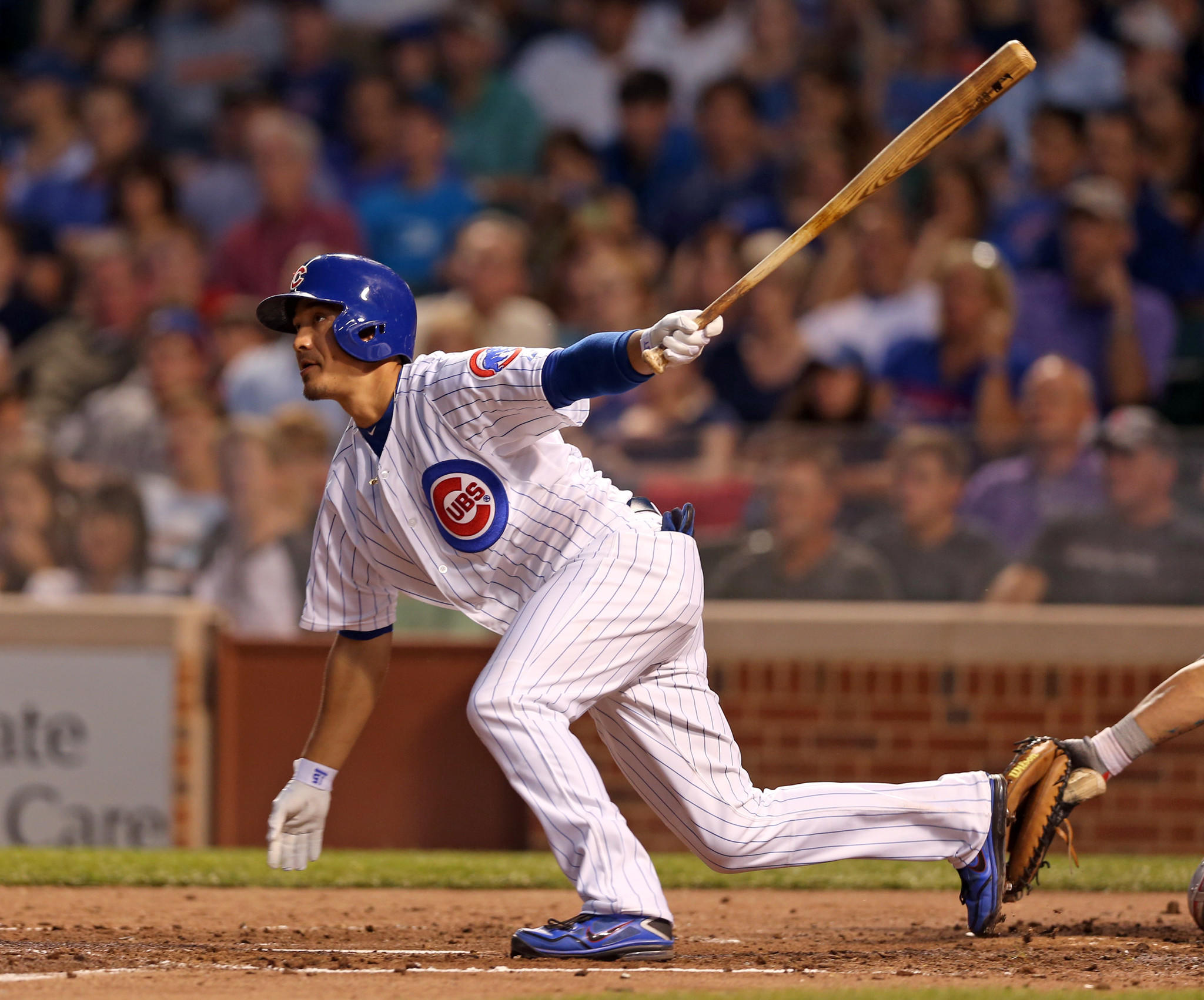 Chicago Cubs' Darwin Barney singles in 3rd inning against Washington Nationals' Jordan Zimmermann during MLB game at Wrigley Field in Chicago on Monday, Aug. 19, 2013.