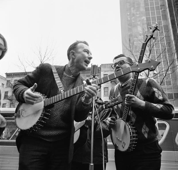 Pete Seeger, left, performing at the Rally for Détente at Carnegie Hall in New York in 1975.