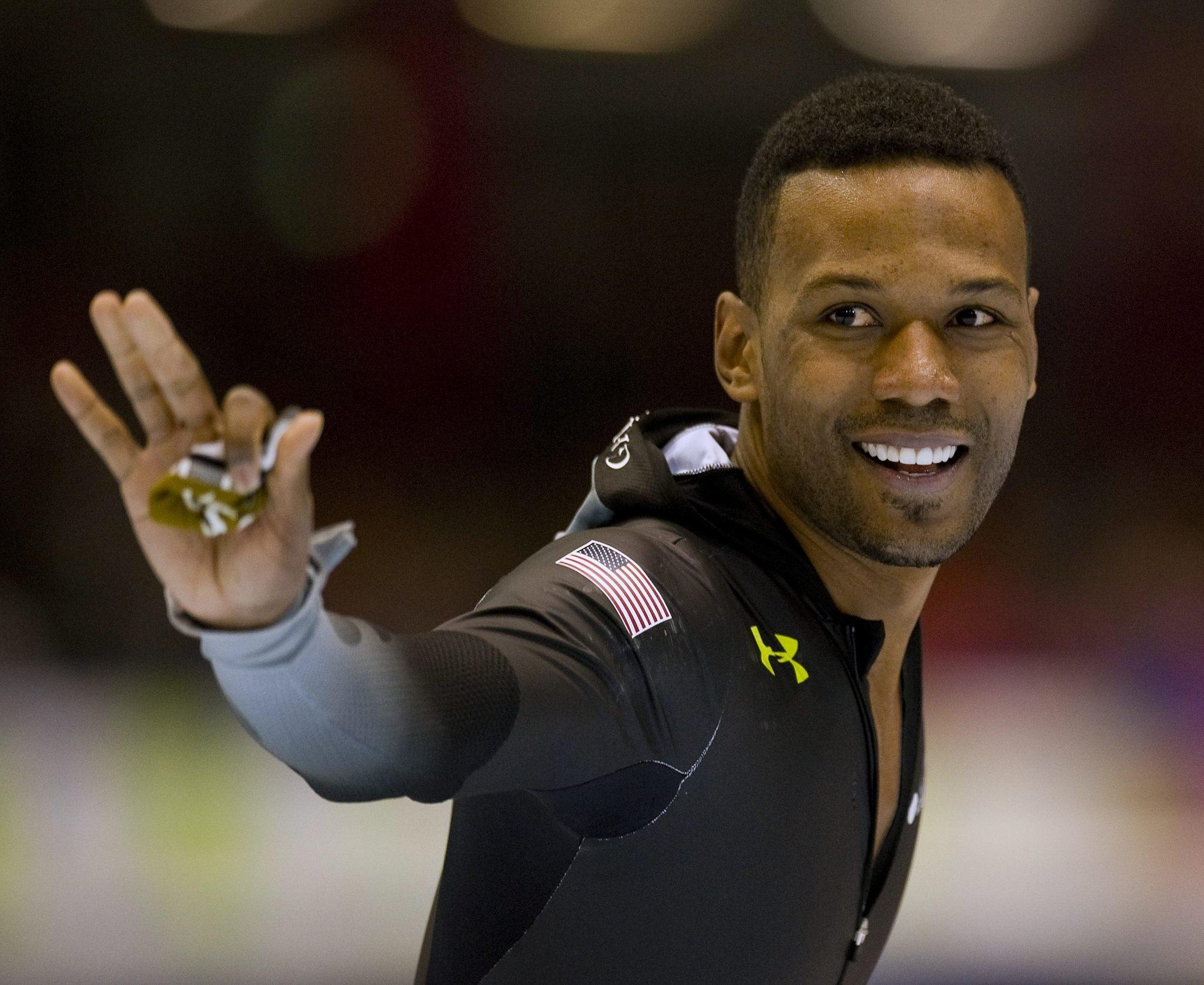 Shani Davis waves at the stands after his event. (Robin van Lonkhuijsen/Reuters Photo)