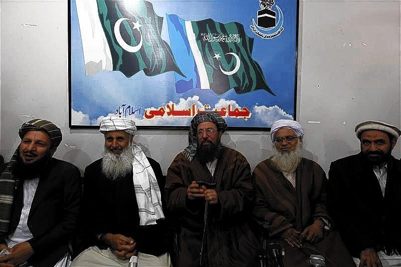 Maulana Sami ul-Haq (C), one of the Taliban negotiators, flanked by his team members Ibrahim Khan (2nd L) and Maulana Abdul Aziz (2nd R)