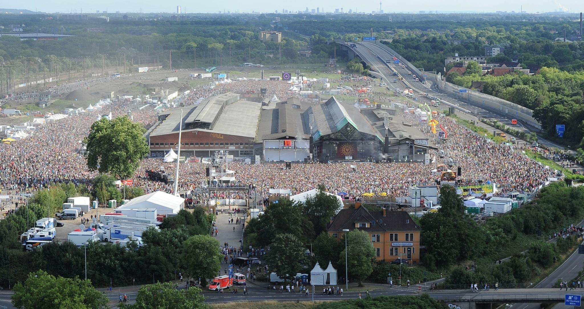 Picture taken on July 24, 2010 shows visitors of the Love Parade music festival crowding at the festival site, a former freight area, in Duisburg, western Germany.