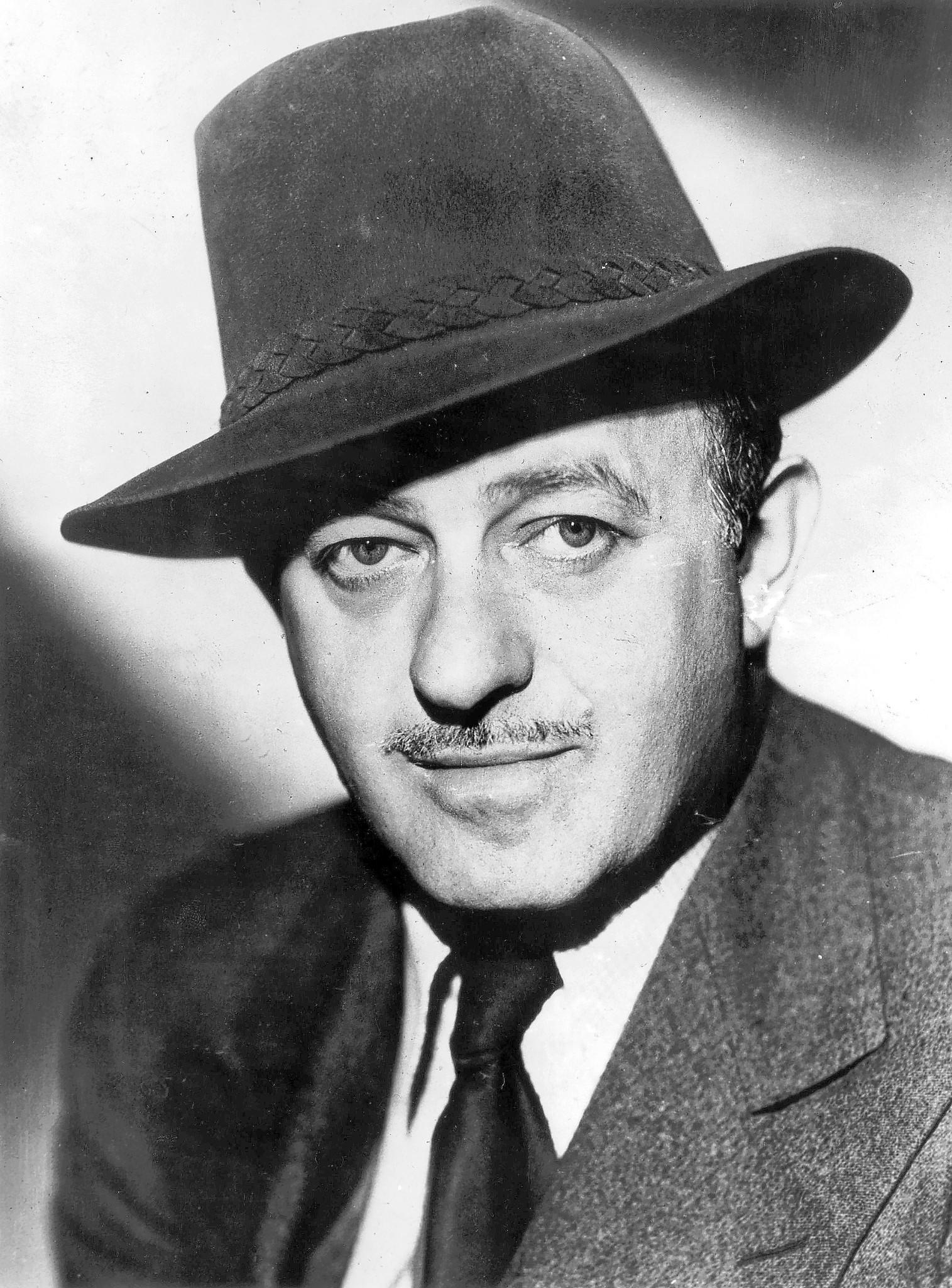 Ben Hecht moved to Chicago in 1910.