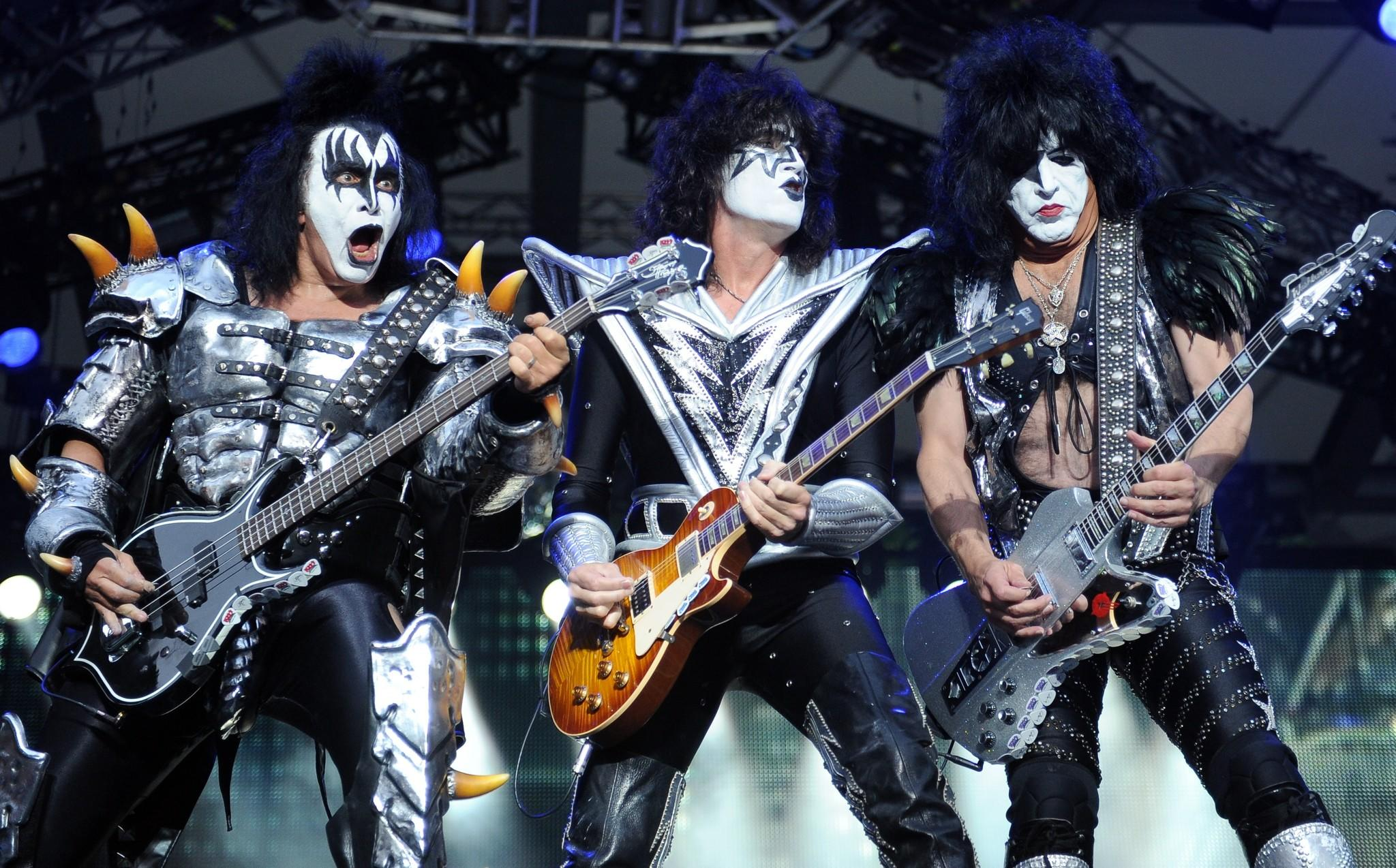 KISS says it won't be performing at the Rock and Roll Hall of Fame induction ceremony in April.