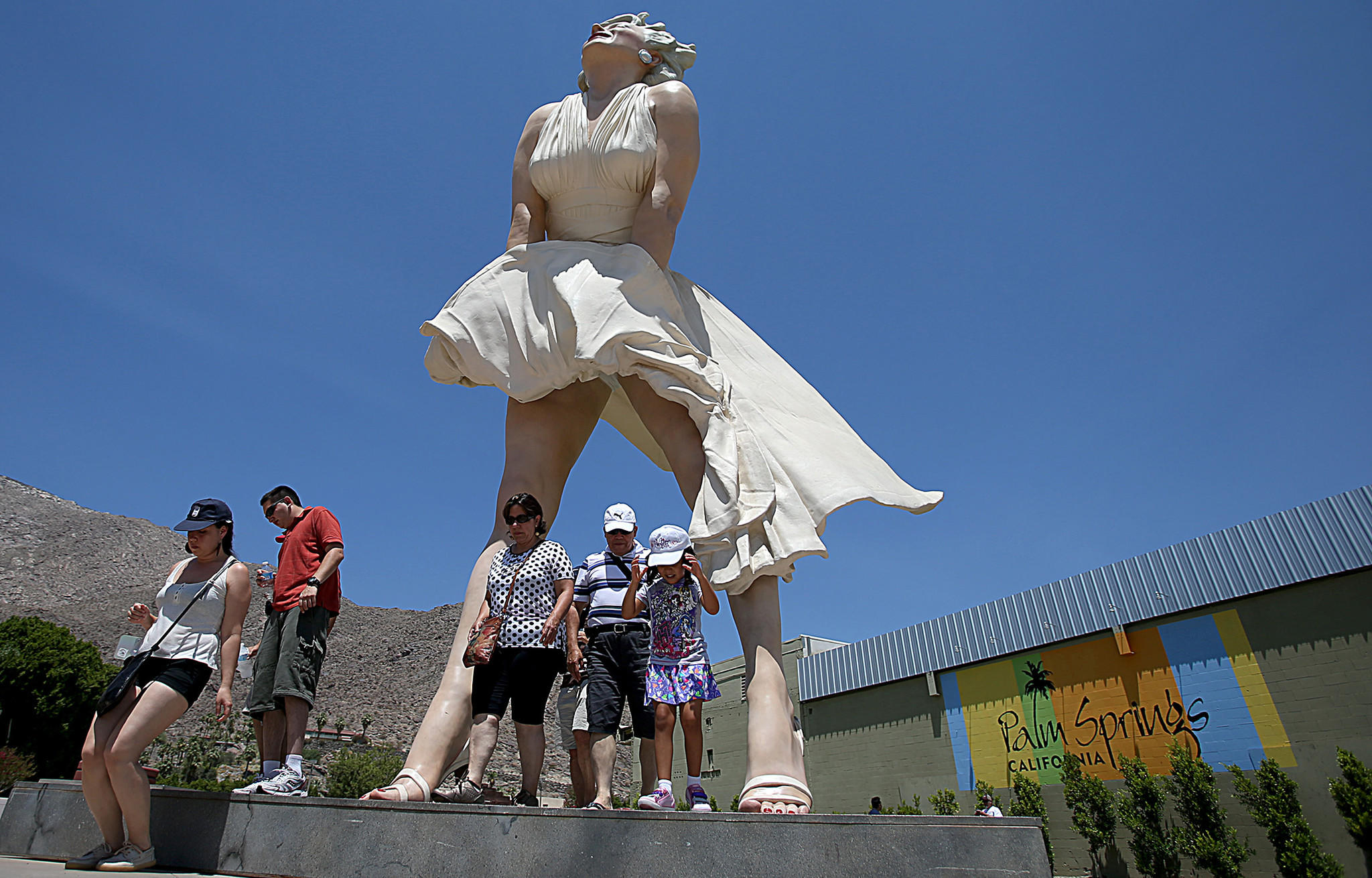 After liking it hot in palm springs marilyn monroe statue for Moving from new york to la