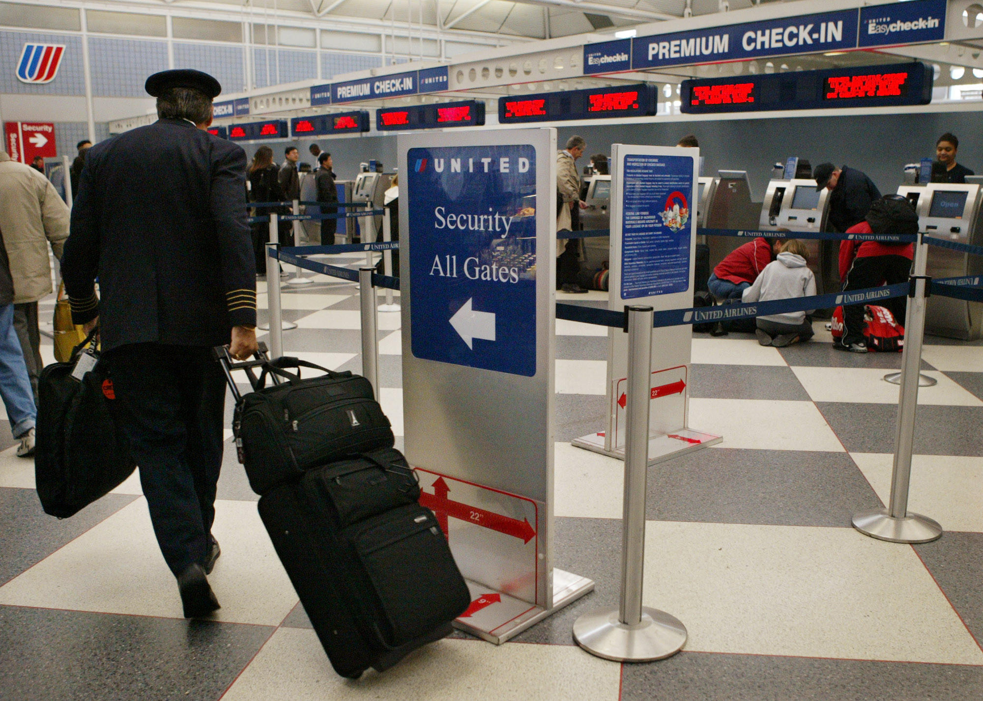 Phone number for united airlines - A Shortage Of U S Airline Pilots Has Created A Debate In The Industry Over Pilots