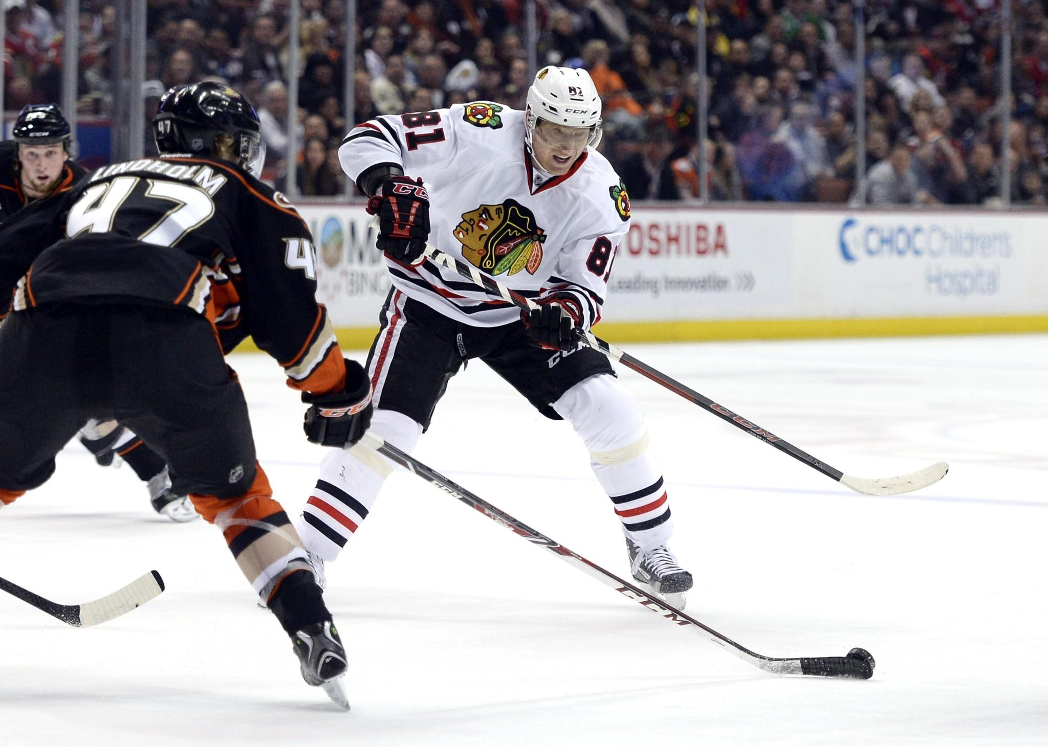 Marian Hossa has his pass blocked by Hampus Lindholm of the Ducks.