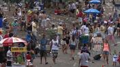 Waste invades the streets of Rio after the Carnival