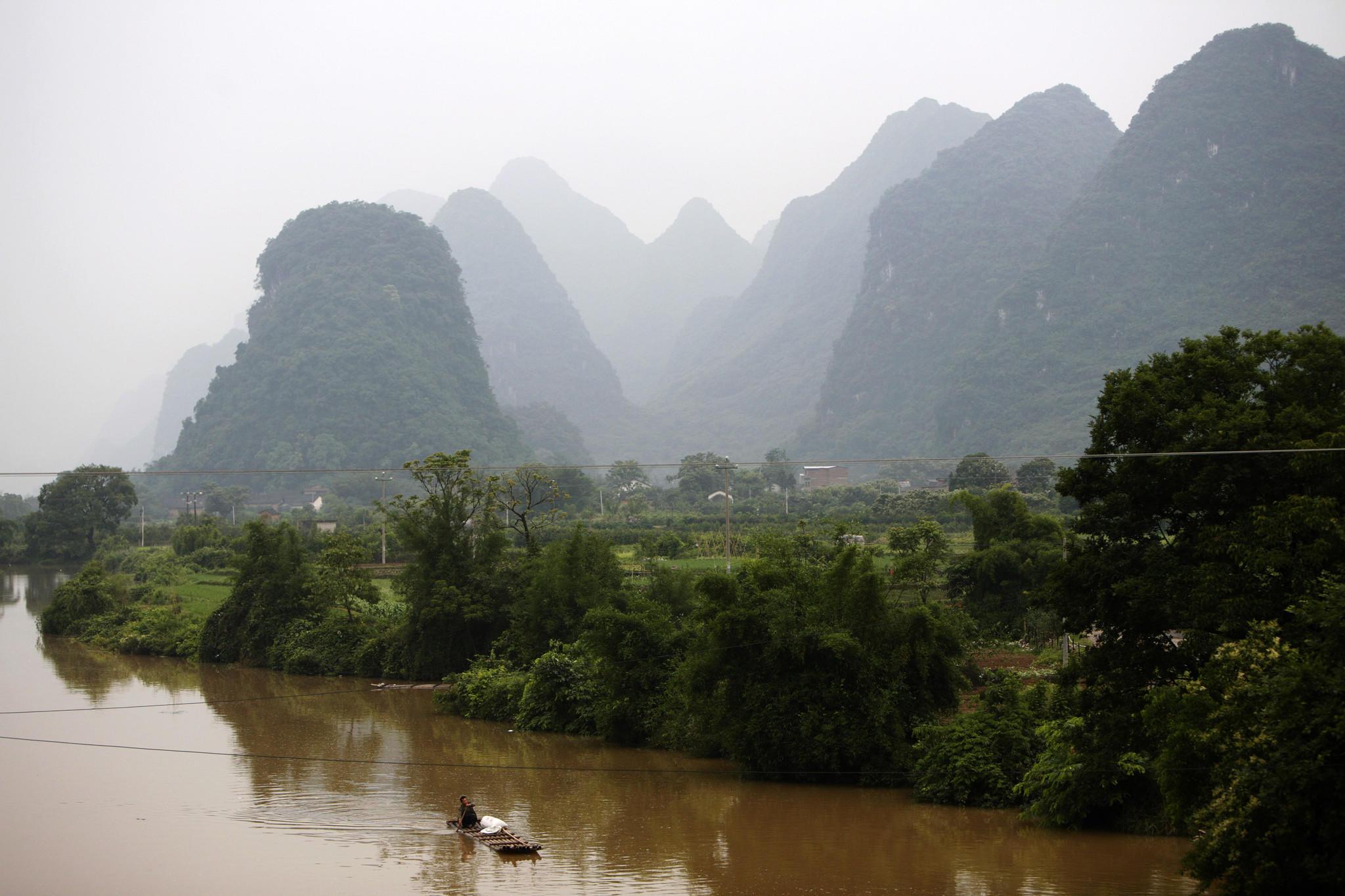 A man paddles on the Li River on the outskirts of Yangshuo, southwest China's Guangxi Zhuang Autonomous Region May 25, 2007.