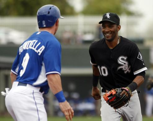 Alexei Ramirez tries to tag out the Royals' Johnny Giavotella in the fourth inning.
