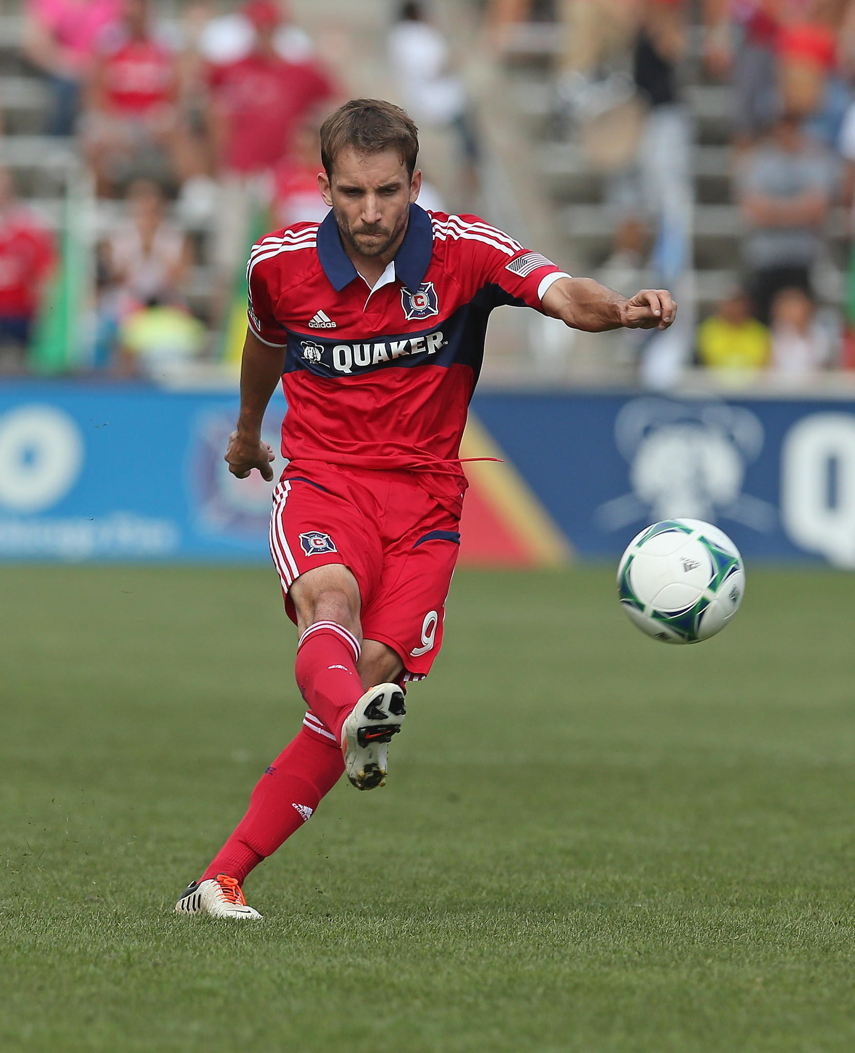 Mike Magee passes against the Dynamo during at Toyota Park.