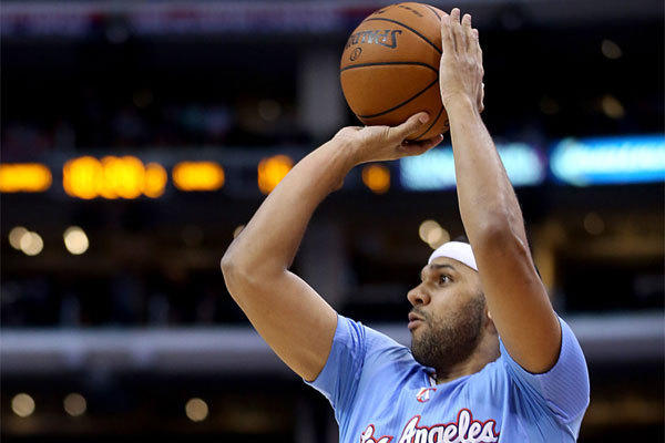 Clippers forward Jared Dudley puts up a jump shot against Philadelphia.
