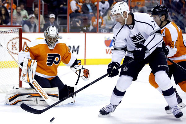 Jeff Carter tries to settle the puck in front of Philadelphia goalie Ray Emery on Monday during the Kings' 3-2 win over the Flyers.
