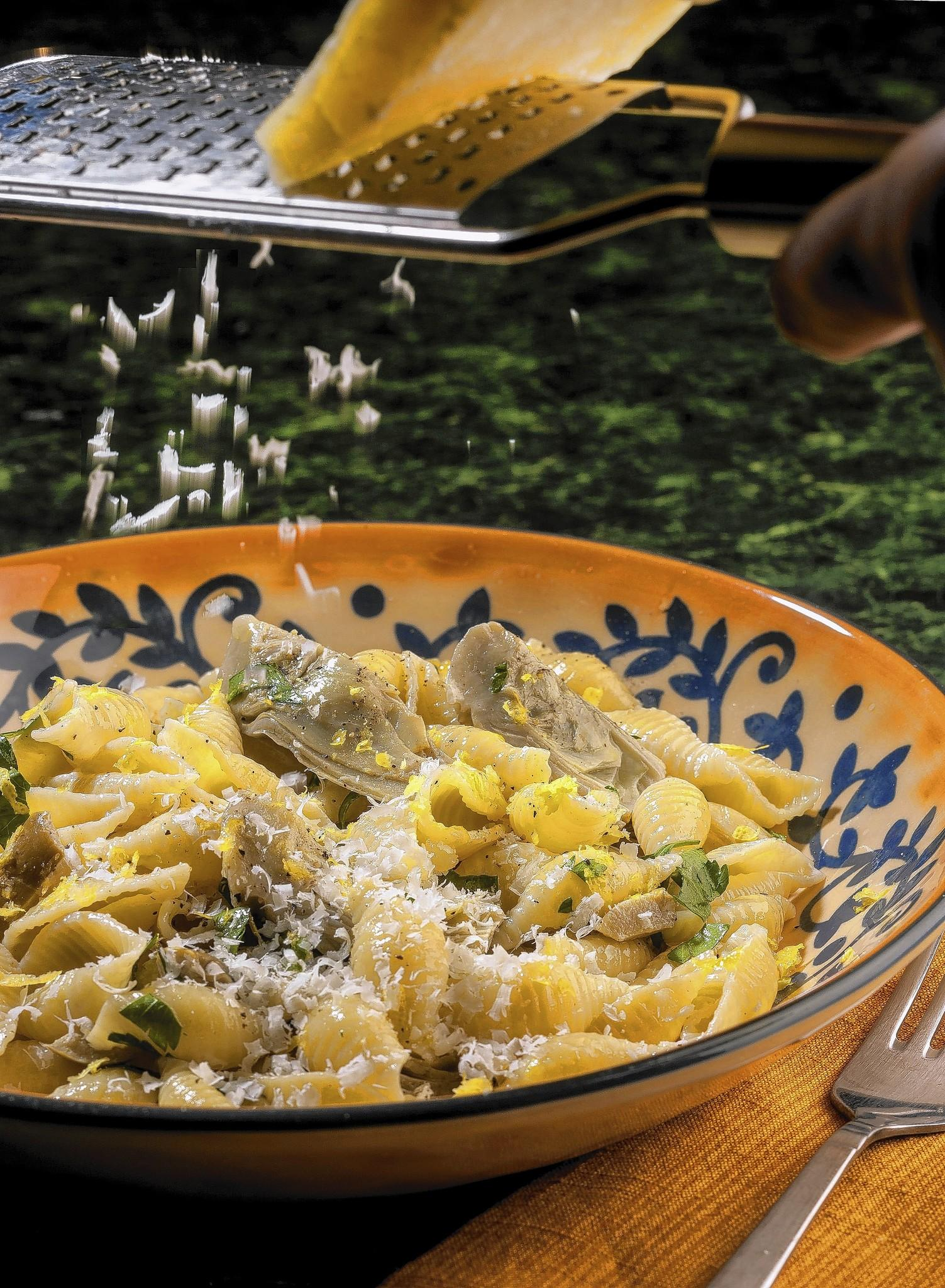 Finished dish of pasta shells with artichokes.