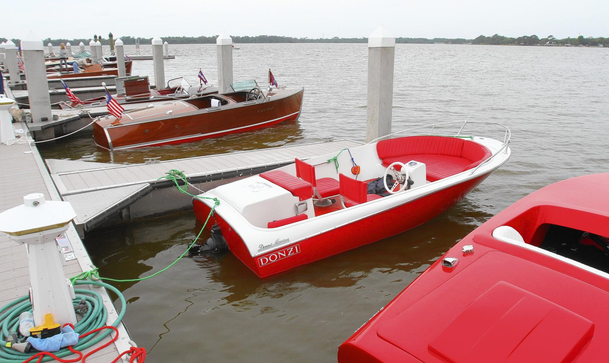 The city of Tavares hosted the 27th Sunnyland Antique Boat Festival on the shore of lake Dora i Wooton Park. The festival featured over 200 antique and classic boats.