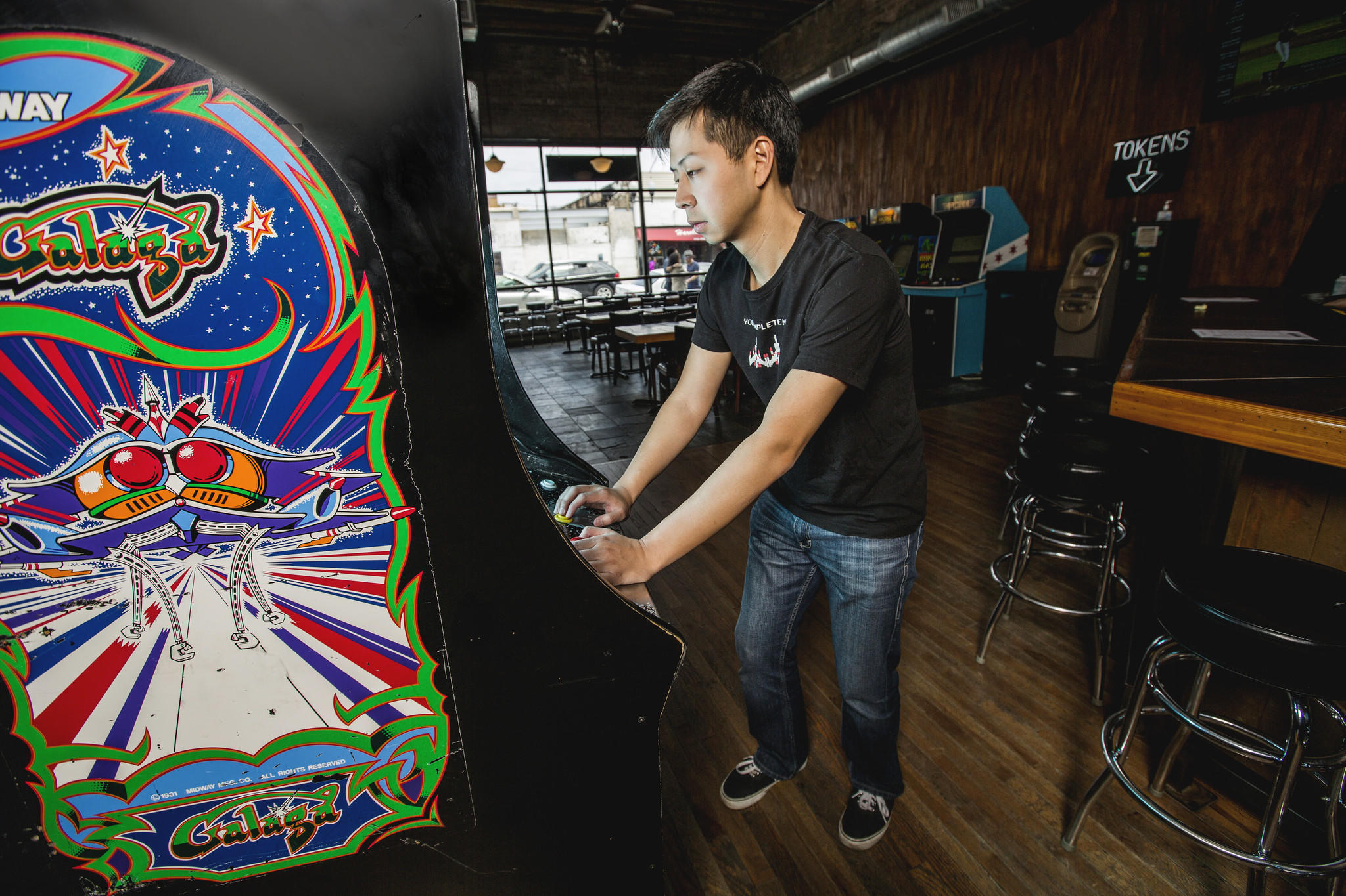 Ed Rhee, who currently holds the No. 2 world record for Galaga, at Emporium. ( Lenny Gilmore / RedEye )