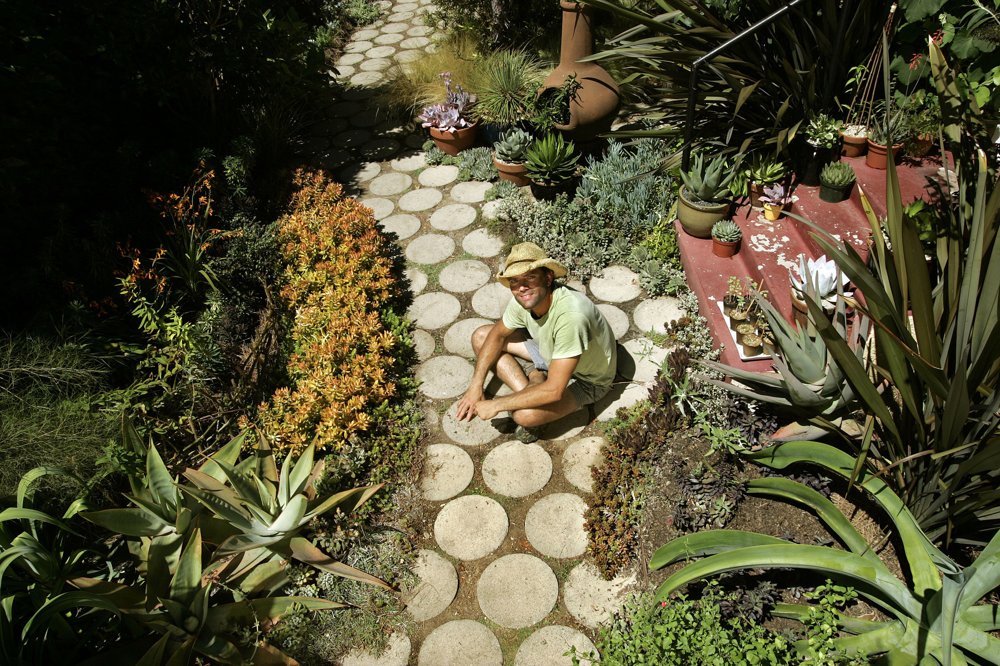 Small space garden ideas la times for Small space gardening