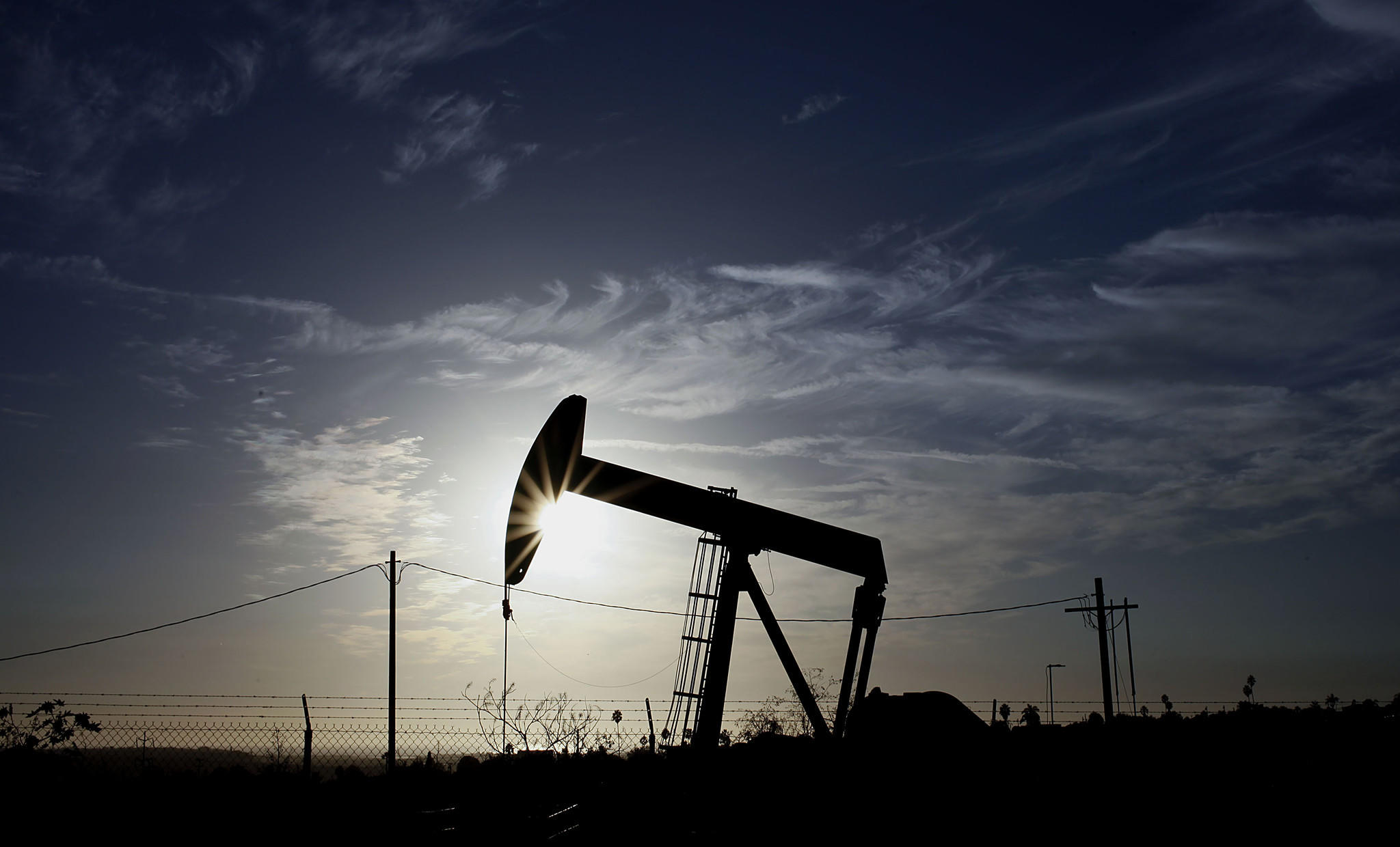 A new report commissioned by the trade group Western States Petroleum Assn. says that the oil and gas industry creates thousands of jobs in California.