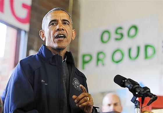 President Barack Obama speaks to first responders after touring the mudslide damage in Oso, Wash.