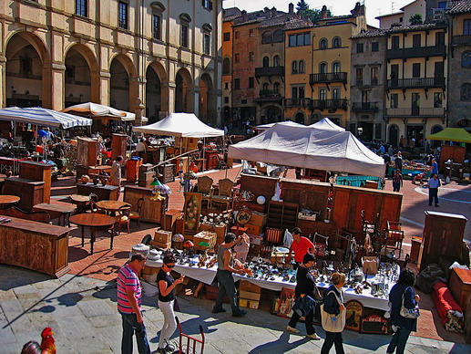 The Arezzo antiques fair, Italy's oldest and largest, takes place the weekend of the first Sunday of each month. With 500 sellers, merchandise fills the piazza, climbs up the hill to the cathedral and spills down the side streets past the Chiesa di San Francesco. 