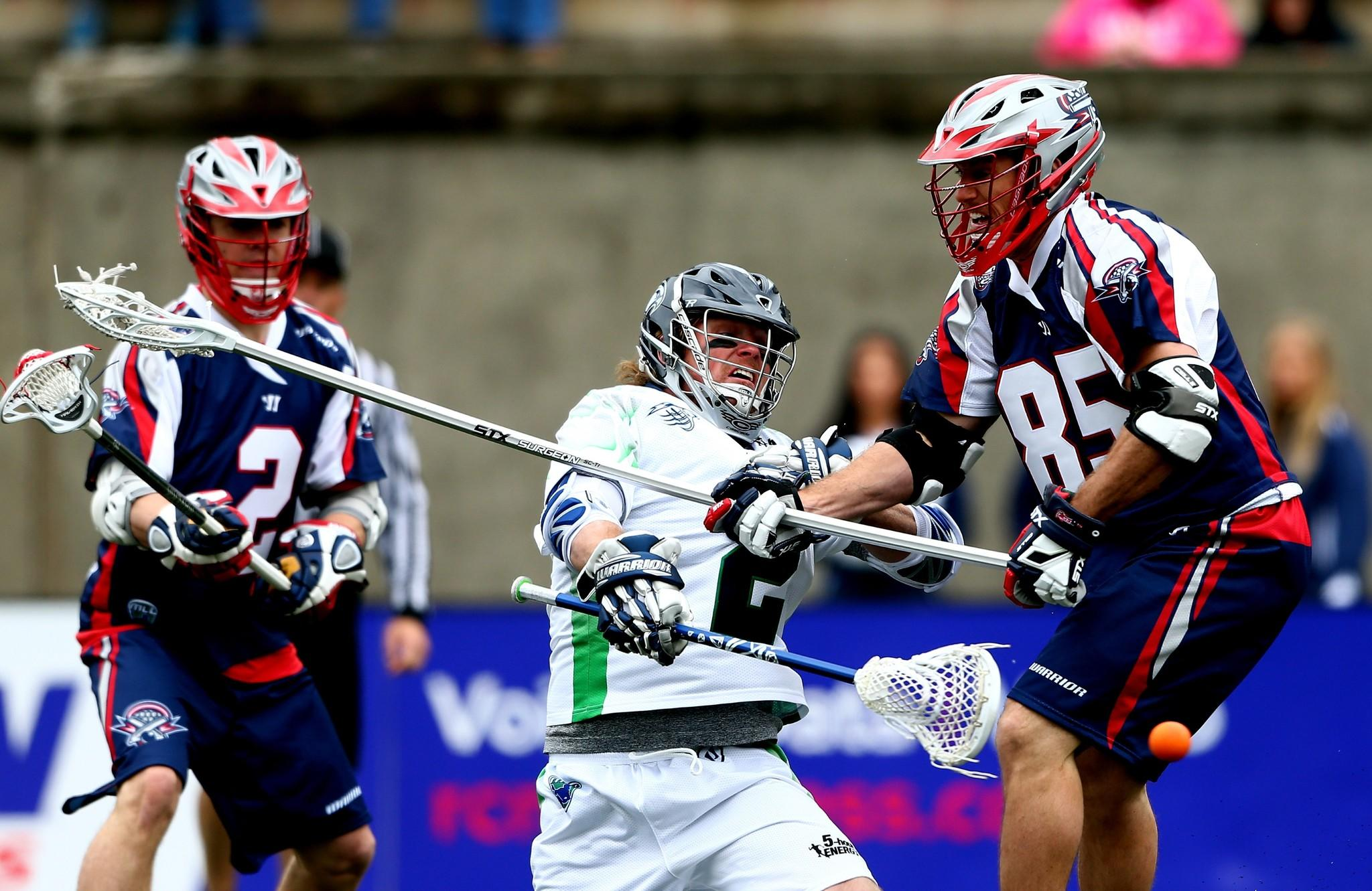 Brendan Mundorf (middle) of the Chesapeake Bayhawks goes to the goal as Mitch Belisle (85) and Scott Ratliff of the Boston Cannons defend.