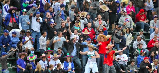 Fanticos de los Chicago Cubs celebran el Cinco de Mayo durante un juego de los Cubs contra Los Angeles Dodgers en Wrigley Field el 5 de mayo de 2012 en Chicago. BRIAN KERSEY/GETTY