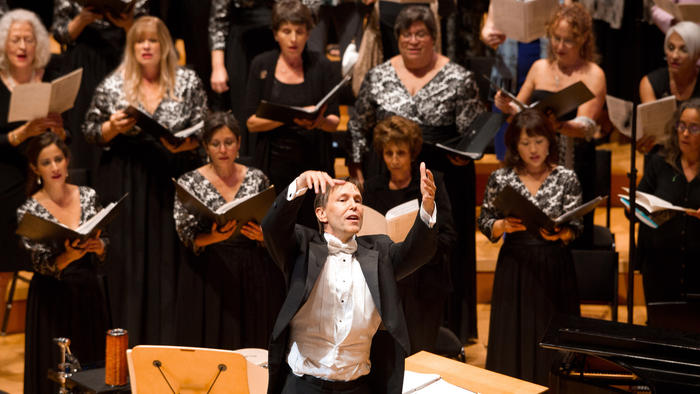Grant Gershon with members of the Los Angeles Master Chorale at Walt Disney Concert Hall in 2013 (David Johnston)
