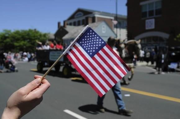Bandera ondeando en el desfile del Da de los Cados en la Calle Main, Middletown en el 2013. (MICHAEL McANDREWS | mmcandrews@courant.com / 27 de mayo de 2013)