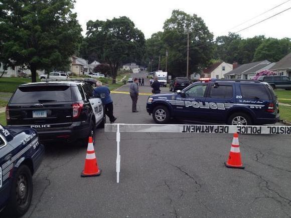 La polica cerr una porcin de la Calle Henderson en Bristol segn la polica investigaba un incidente en una casa.(Josh Hartman / 4 de junio del 2014)