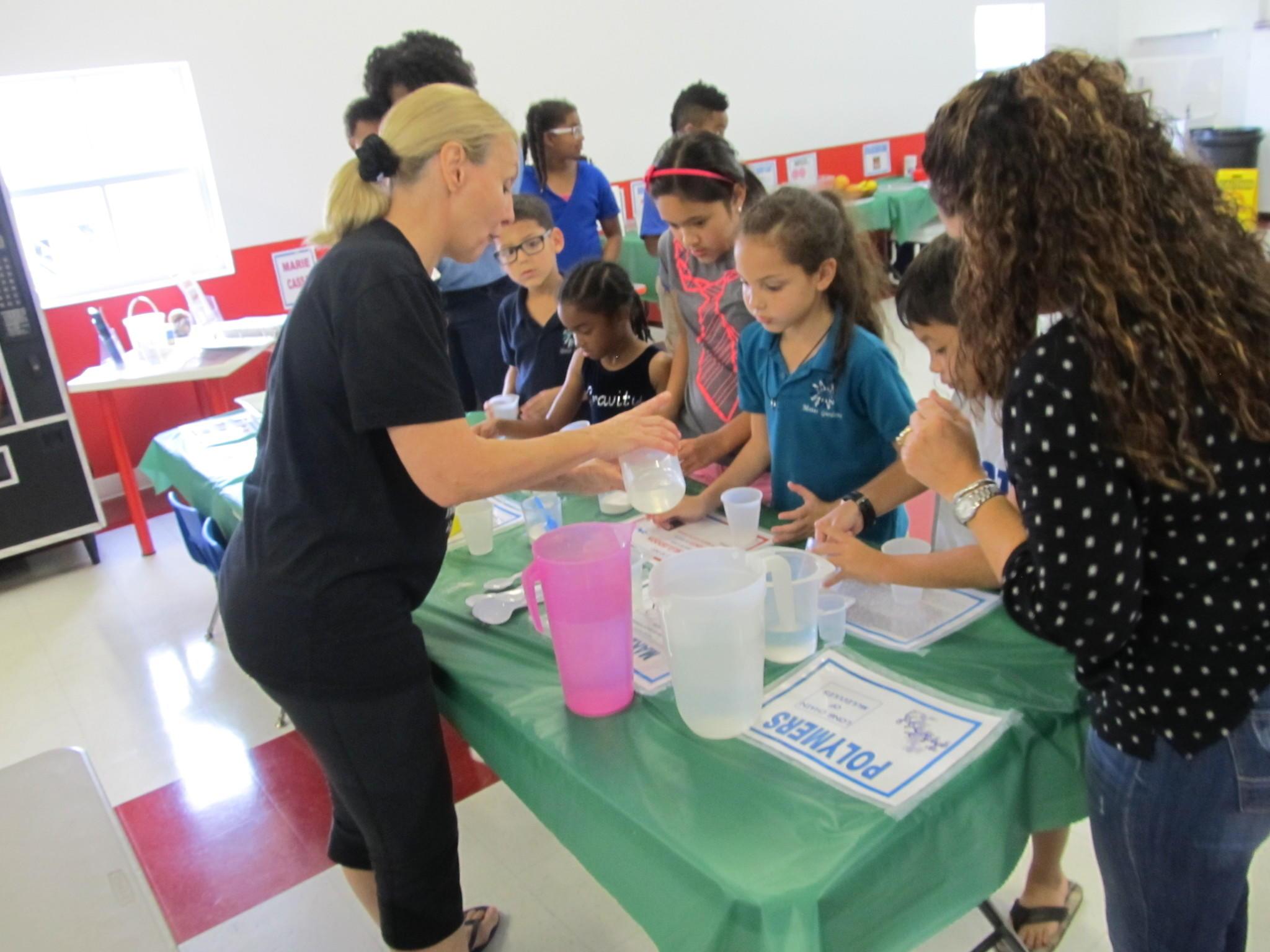 La entrenadora Clara Cinti comparte de un grupo de nios en uno de los programas del campamento de verano del Gravity Gymnastics de Miramar